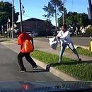 femme-pousser-homme-devant-voiture