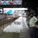 train-traverse-gare-inondation-mumbai