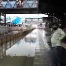 miniature pour Un train qui traverse une gare inondée à Mumbai