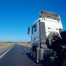 miniature pour Un camion empêche une voiture de le doubler et crée un accident