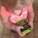 petite-fille-essaye-jouer-gameboy