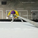 miniature pour Un ouvrier suspendu grâce à un seau de ciment