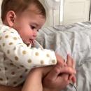 bebe-veut-pas-touche-main-pere