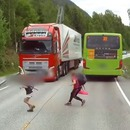 Un enfant à 2 mètres de se faire écraser par un camion