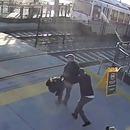 homme-empeche-aveugle-ecraser-train