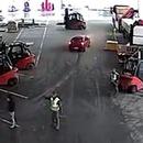miniature pour Ils arrêtent des voleurs en voiture avec des chariots élévateurs