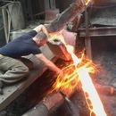 miniature pour Un homme passe sa main sur du métal en fusion
