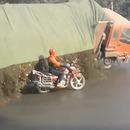 camion-pierres-cailloux-deverse-motard