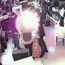 miniature pour Il mord dans une batterie de téléphone, elle explose