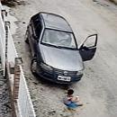 miniature pour Un enfant s'en sort indemne après qu'une voiture lui ai roulé dessus