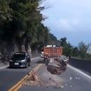 voiture-echappe-rocher-tombe