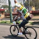miniature pour Un accident à vélo avec une statue sur le dos