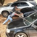 miniature pour Il aide un homme à sortir sa voiture d'un parking serré