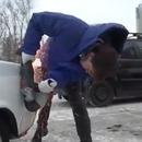 miniature pour Un homme coupe le coffre d'une voiture mal garée pour pouvoir se garer