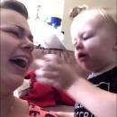 miniature pour Un bébé donne sa tétine à sa mère qui pleure