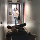 sauter-dessus-groupe-personnes-interieur