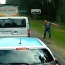miniature pour Il jette des déchets de sa voiture, ils le forcent à ramasser