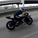 miniature pour Un motard roule sur un nid de poule à 200km/h