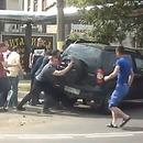 motard-coince-sous-voiture