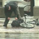 cycliste-ouvre-colis-suspect