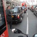 miniature pour Un chauffeur de bus arrête une moto avant un accident avec un piéton