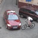cycliste-evite-accident-voiture-poteau