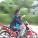 miniature pour Une mère en scooter avec sa fille utilise son téléphone