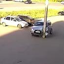 miniature pour Un automobiliste ébloui par le soleil rentre dans un poteau