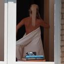 Un gros zoom sur sa voisine qui se déshabille