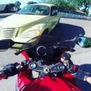 miniature pour Une voiture frotte un motard, il lui court derrière