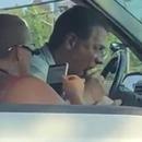 miniature pour Un homme bouffe un sandwich puant au feu rouge