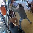 Il se fait voler son ordinateur portable pendant qu'il l'utilise dans un café