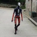 robot-mouvements-humains-marche-rue