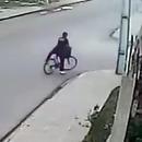 miniature pour Un vélo grille une priorité à droite et se fait renverser