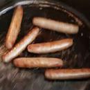 Des saucisses qui crient dans une poêle
