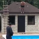 Un homme se pète la gueule en sautant du toit dans une piscine