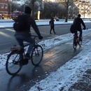 3 vélos glissent sur la piste cyclable à cause du verglas