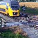 cycliste-traverse-train-cache-autre