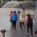 enfants-courir-tunnel-jets-eau