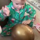 enfant-ouvre-gros-oeuf-plastique