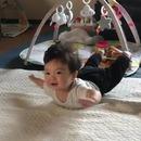 miniature pour Un bébé s'imagine entrain de voler face à un ventilateur