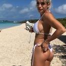 fille-bikini-mordre-fesses-cochon
