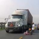 maman-sauve-bebe-ecraser-camion
