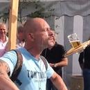 Boire une bière attachée par des ficelles