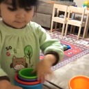 petite-fille-heureuse-empiler-gobelets