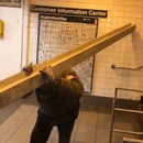 Transport d'une poutre dans le métro de New-York