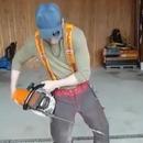 Démonstration d'un pantalon de protection qui bloque une tronçonneuse