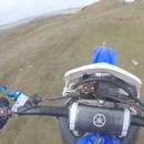 Un motard ne fait pas attention et tombe d'une falaise