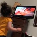 Une petite fille assiste à la chute de Mufasa dans le Roi Lion