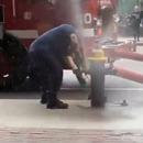 Un pompier se fait éjecter par la pression d'une borne d'incendie